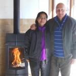 ⑦T様ご夫妻とアンヴィクタ社製薪ストーブ『シャーモン』で記念写真を撮らせていただきました!