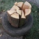 ①薪をタイヤの中に入れる