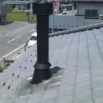 ④瓦屋根に煙突を施工したところです。
